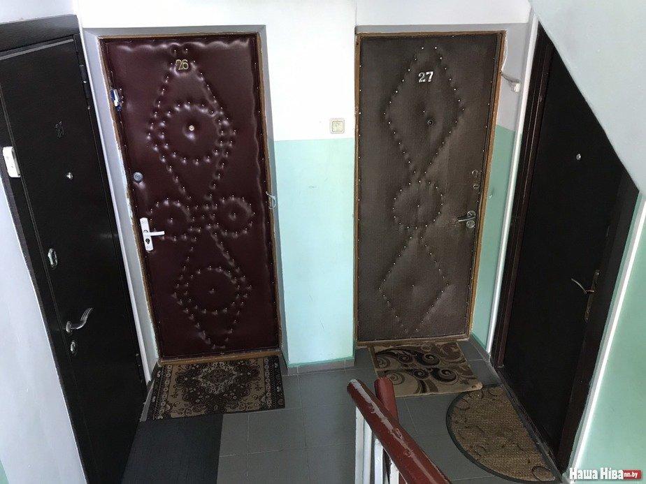 В Лиде мужчине запретили выезд из Беларуси: у него входная дверь открывается наружу