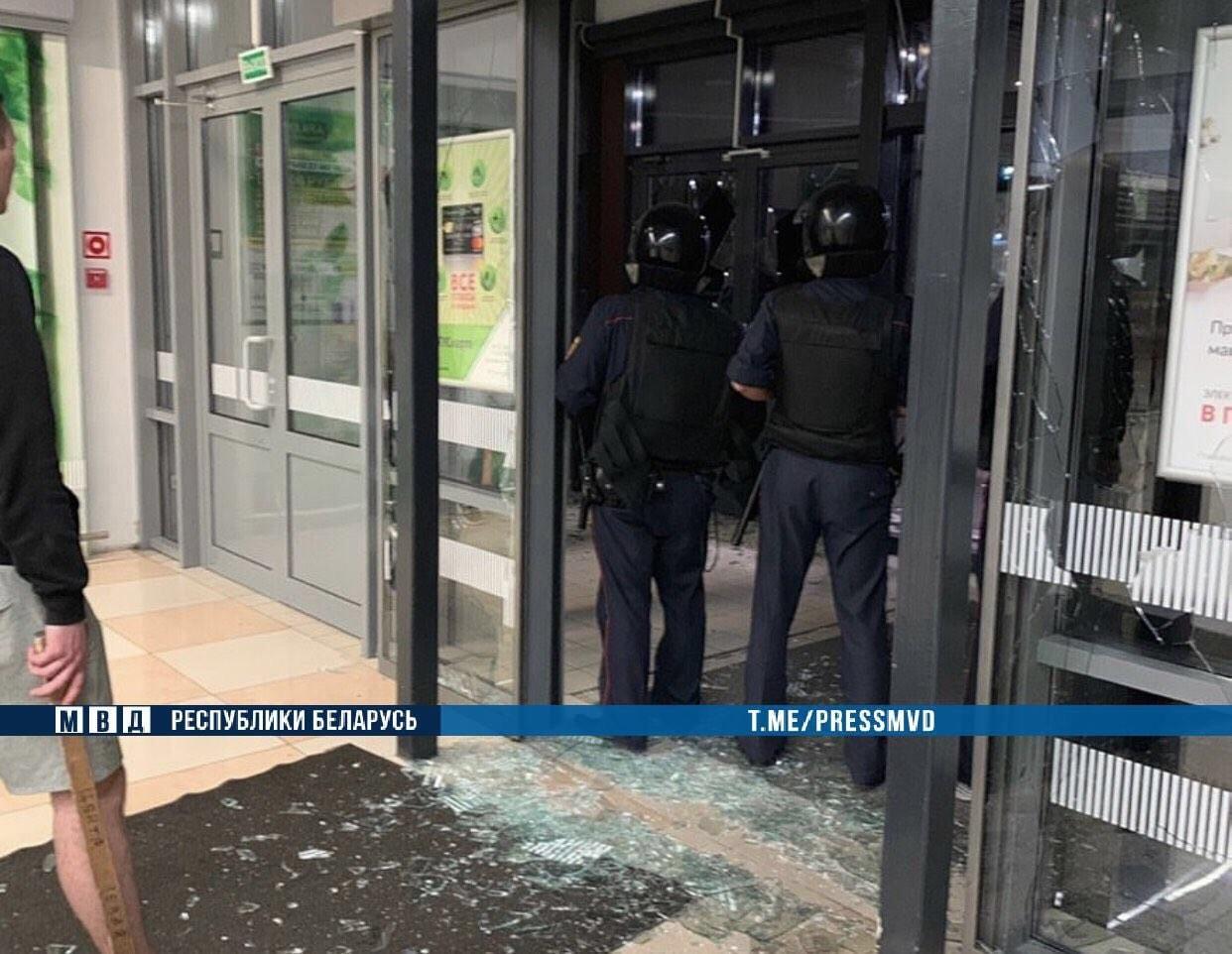 В Бресте 18-летний парень пришел в гипермаркет с топором