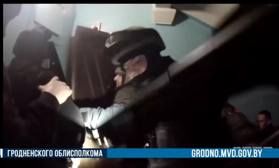 В Лиде нападавшие с ножом заперлись в квартире, где проживает мама с дочкой