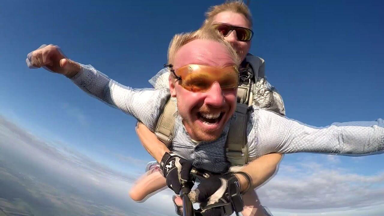 Колясочник из Лиды Саша Авдевич прыгнул с парашютом