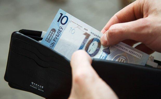 Автокрановщик из Лиды получил 10 рублей зарплаты за 2 месяца работы