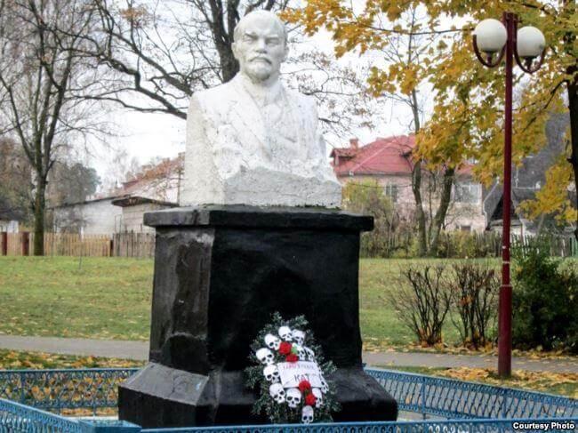 Возле памятника Ленину в Березовке нашли венок с черепами [ФОТО]