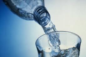 Минералка, питьевая вода и детское питание попали в перечень потенциально опасных продуктов